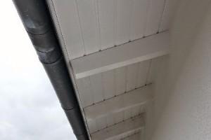 Im hinteren Bereich ist der Dachunterstand vom Werk aus bestellt  und vorne hochwertig vom Maler erhalten.