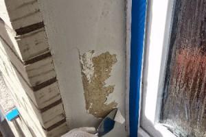 Nicht tragfähige Beschichtung: Der Untergrund wurde unnötig und zusätzlich mit einer falschen Grundierung grundiert. Die Folge ist ein Abplatzen der oberen Beschichtung, da die Farbe an der glatten Grundierung sich nicht halten kann.