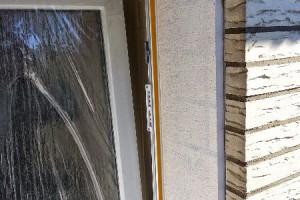 Alle Laibungen weisen Risse in vertikaler Form auf. Die unterschiedliche Beschaffenheit, wie z.B. der Putz auf der linken Seite und Kleberfläche auf der rechten Seite, geben den nächsten Aufbau vor: Eine Dämmplatte mit Elastik-Kleber, dazu eine riss- und stoßsichere Armierung.